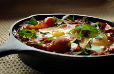Яичница-глазунья с помидорами