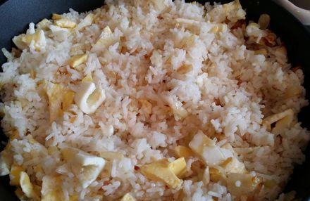 Выложить к рису готовые кусочки жареного яйца