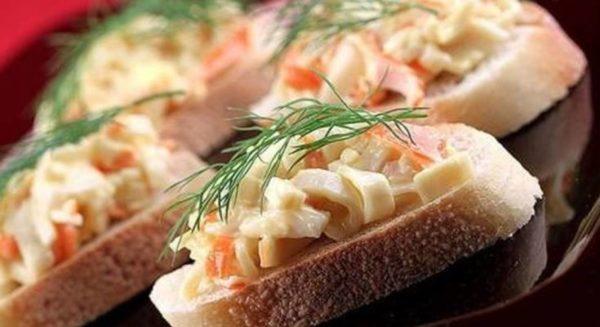 Бутерброды, приготовленные с крабовыми палочками