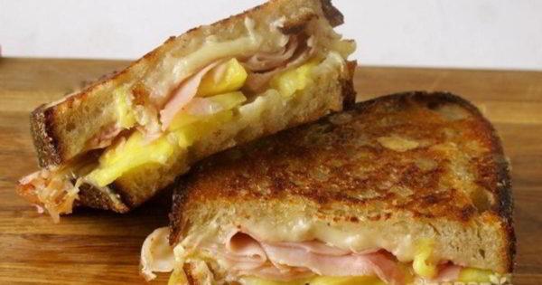 Горячий бутерброд с ветчиной и ананасом